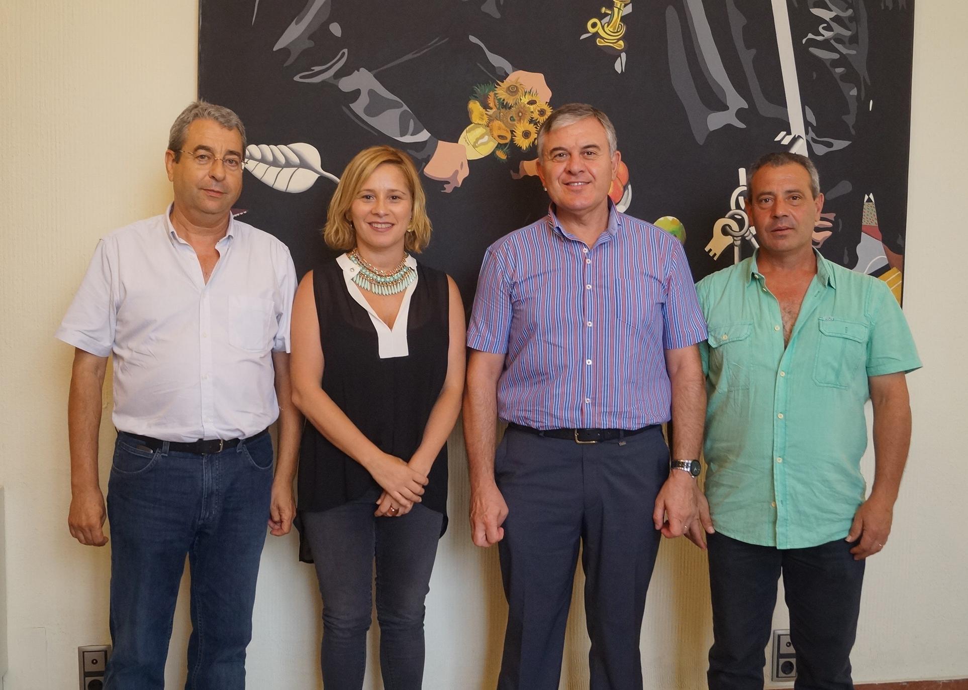 Los alcaldes tras la firma de los convenios con Diputación. tc.c