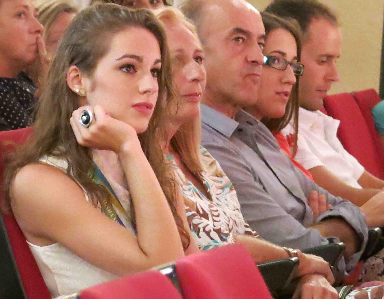 Elena acompañada por sus familiares durante un acto en su honor. tc.c
