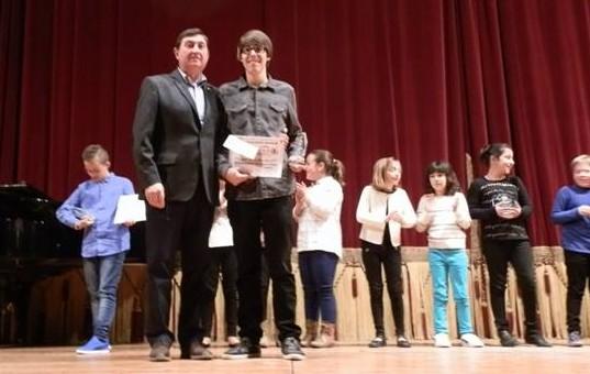 El presidente Guillermo Ayter junto al ganador del concurso en una edición anterior. tc.c