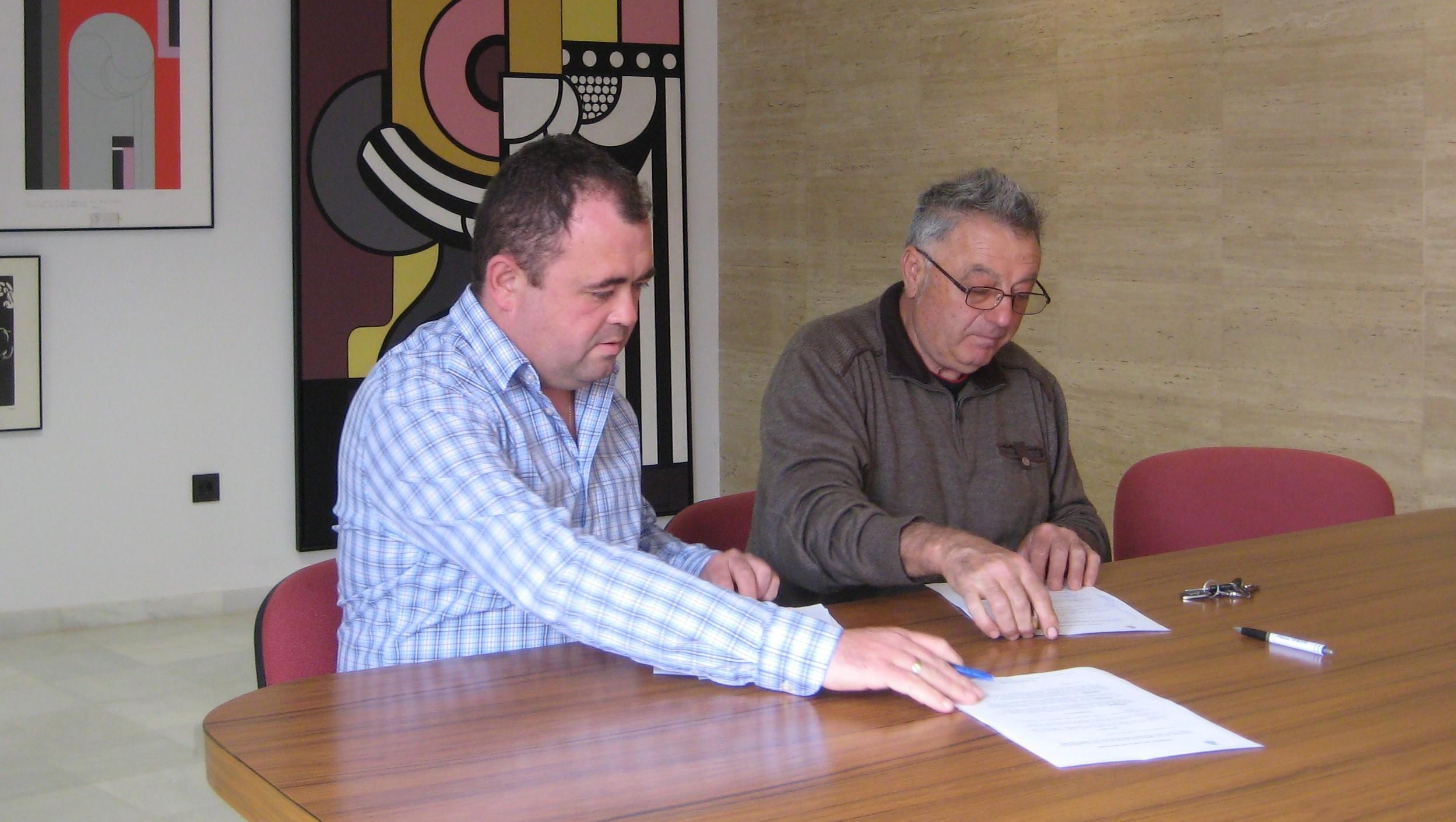 Firma del acuerdo entre consistorio y Club de Natación. tc.c