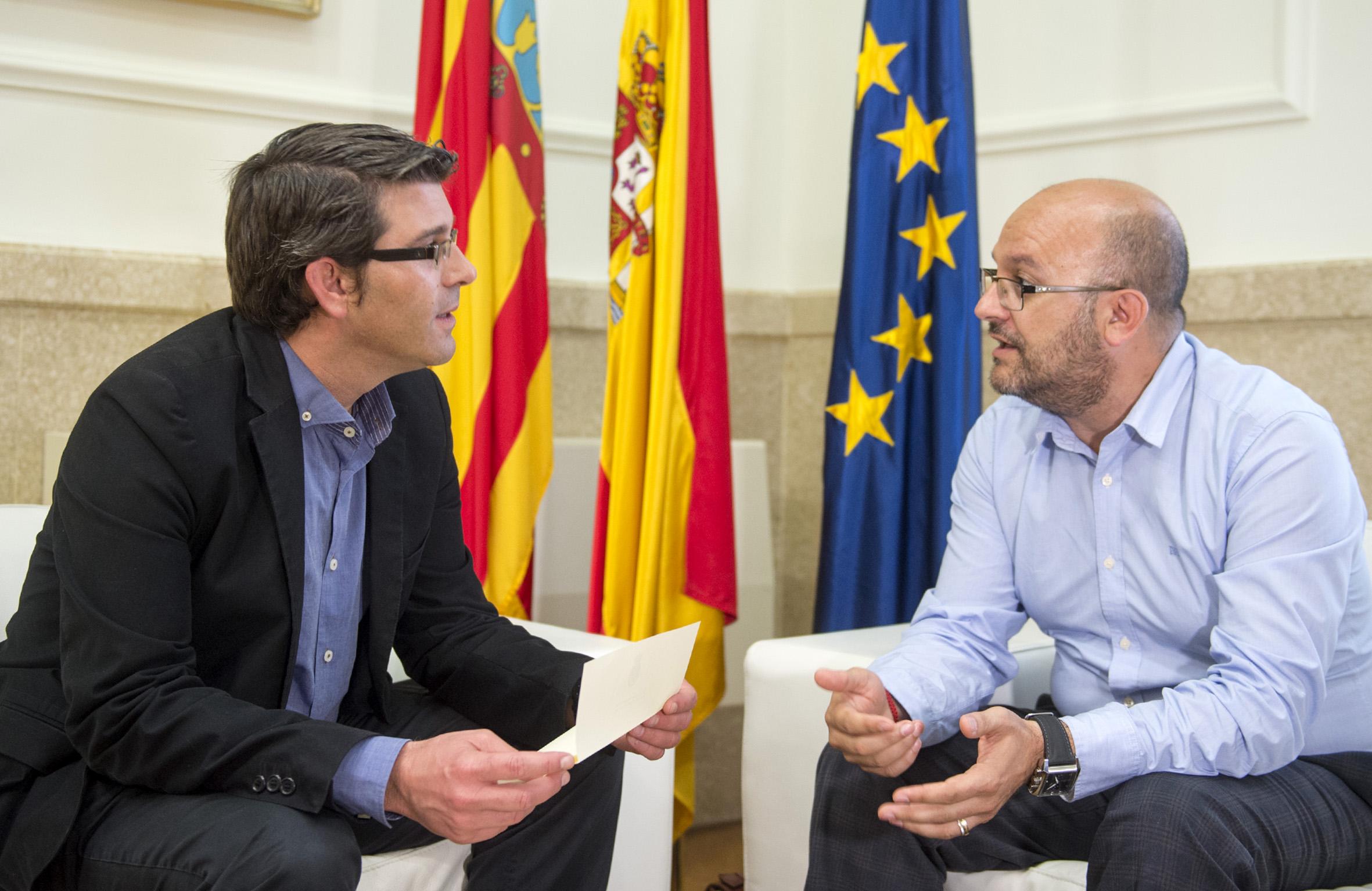 El presidente de la Diputación junto al alcalde de Utiel. Foto: R. Albulaila.