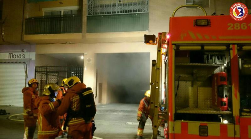 Un momento de los trabajos de extinción a cargo de los bomberos. Fuente: Ayuntamiento de Buñol.