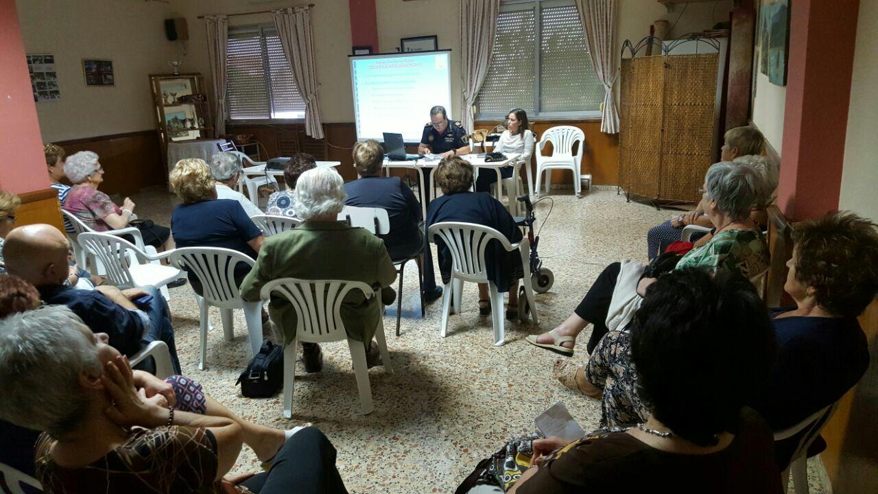 Una de las charlas desarrolladas en el local de las amas de casa de Buñol.