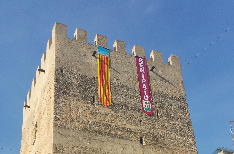 Imagen de la torre de Benifaió con la Senyera.