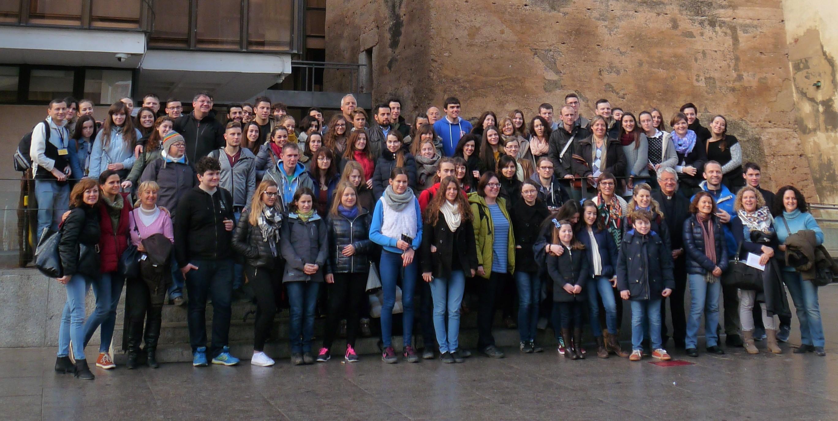 Autoridades locales junto a los jóvenes participantes en la iniciativa religiosa.