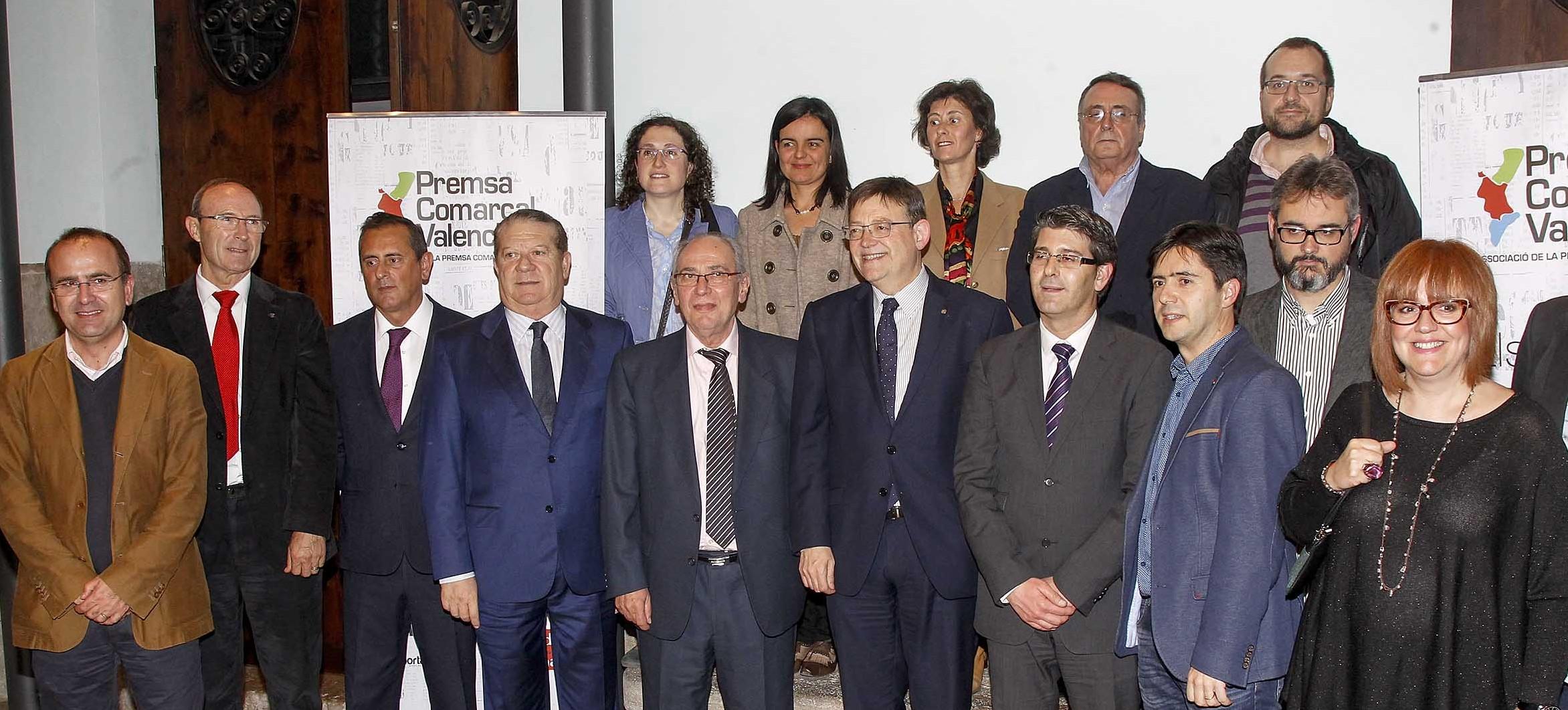 El President de la Generalitat y el de la Diputación posaron junto a los editores y directores de las diferentes cabeceras comarcales.