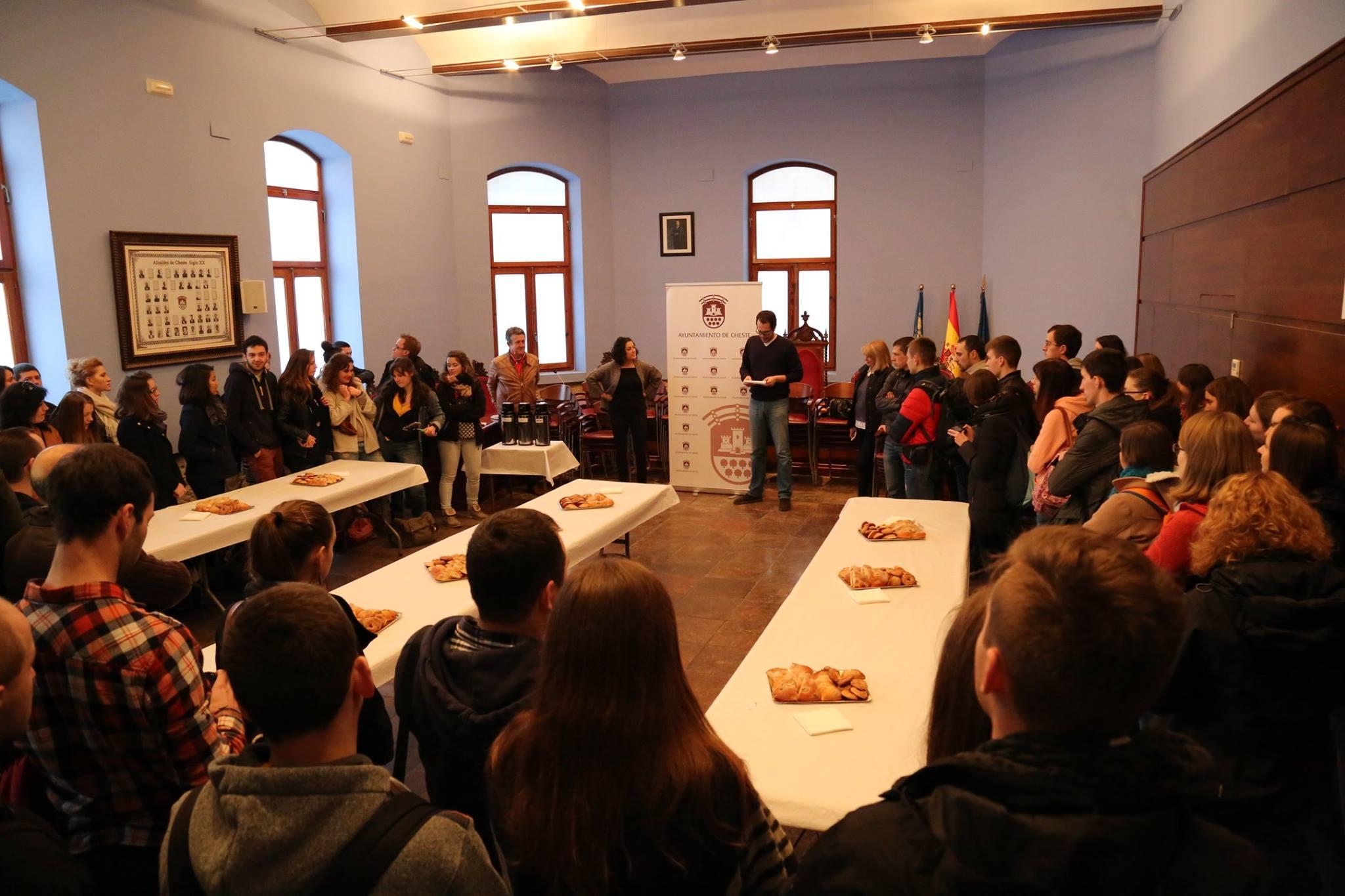 El alcalde recibió a los jóvenes participantes en la iniciativa religiosa.