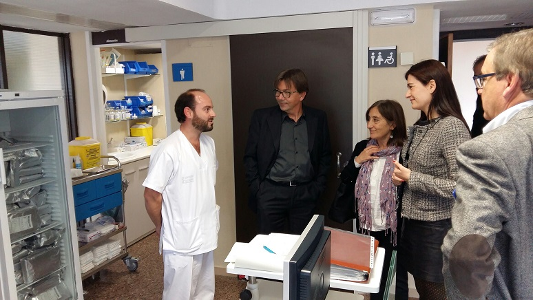 La consellera Carmen Montón durante la visita a las instalaciones del hospital de Requena.