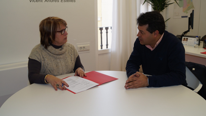 La diputada de Asesoramiento y Asistencia Técnica de la Diputación de Valencia con el alcalde.