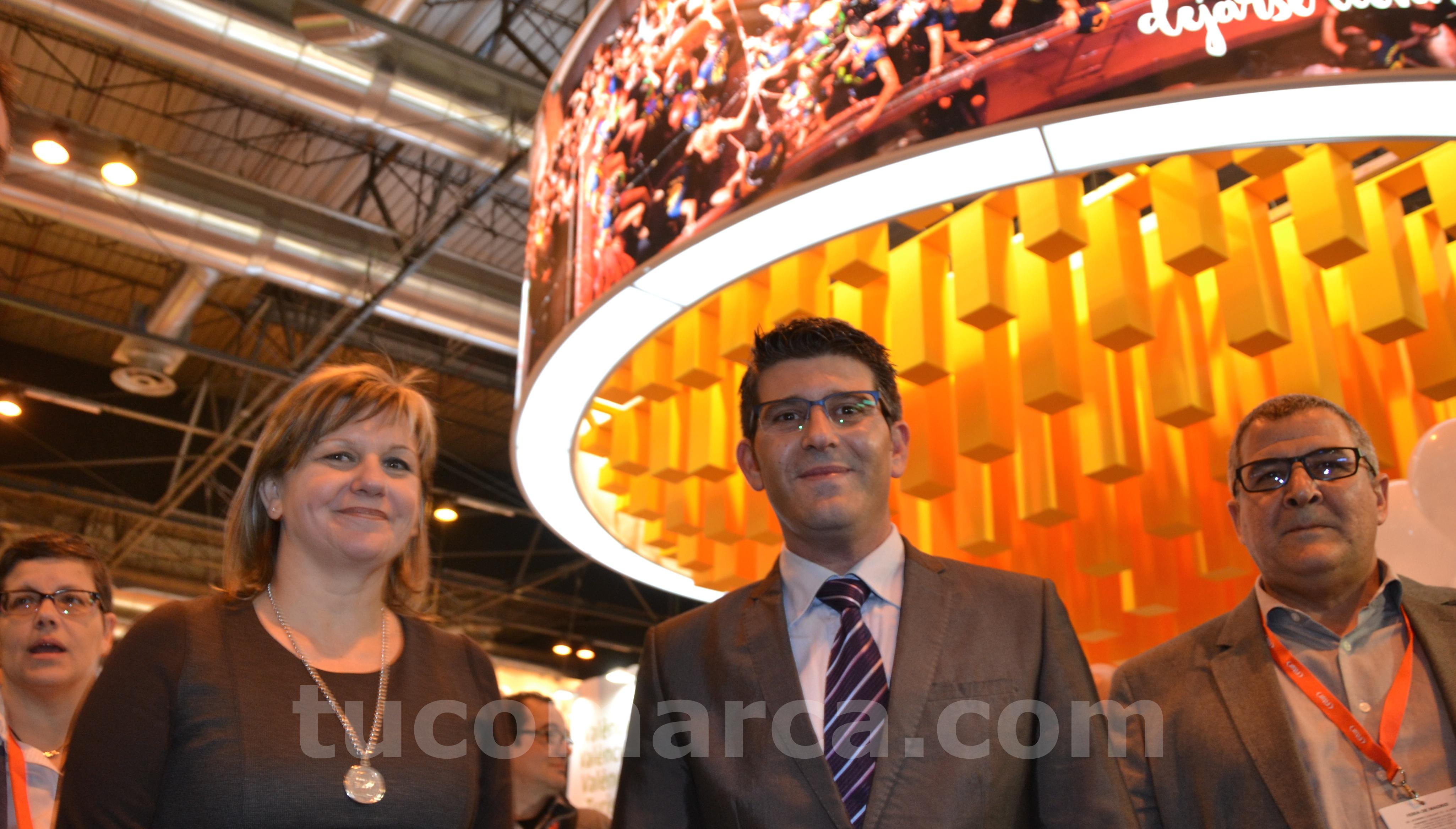 La diputada de Turismo, Pilar Moncho, junto al presidente de la Diputación (en el centro) ante el stand del estamento provincial en Fitur.