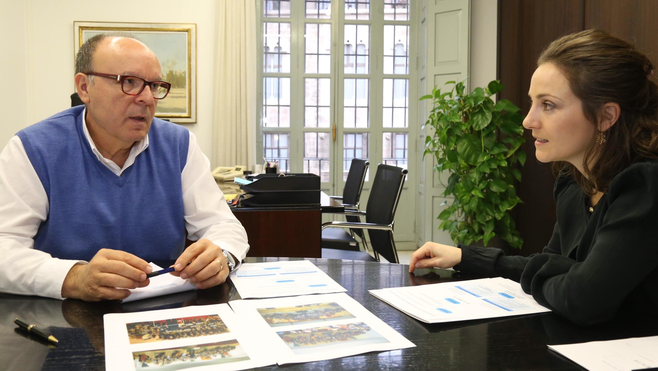 El diputado de Administración General con la alcaldesa de Macastre.