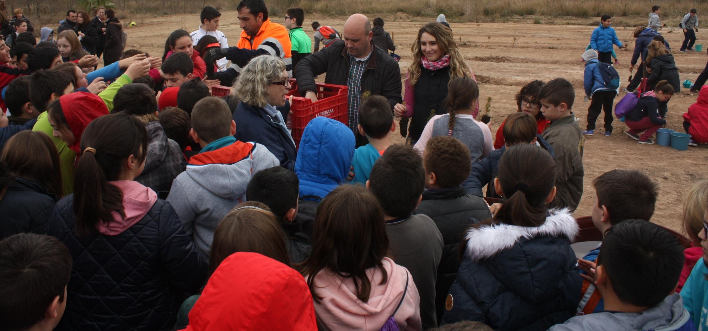 Eugenio Fortaña e Isabel Guaita reparten los plantones entre los niños copia.