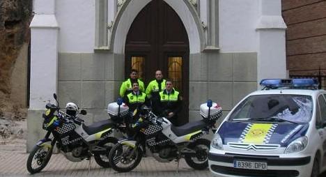 Efectivos de la Policía Local de Buñol ante la ermita del patrón de la localidad, San Luis.