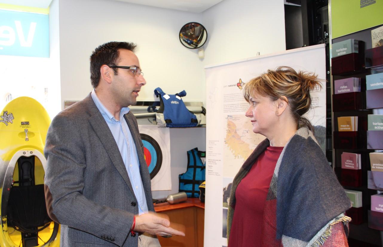 El alcalde de Venta del Moro junto a la Diputada Provincial de Turismo.