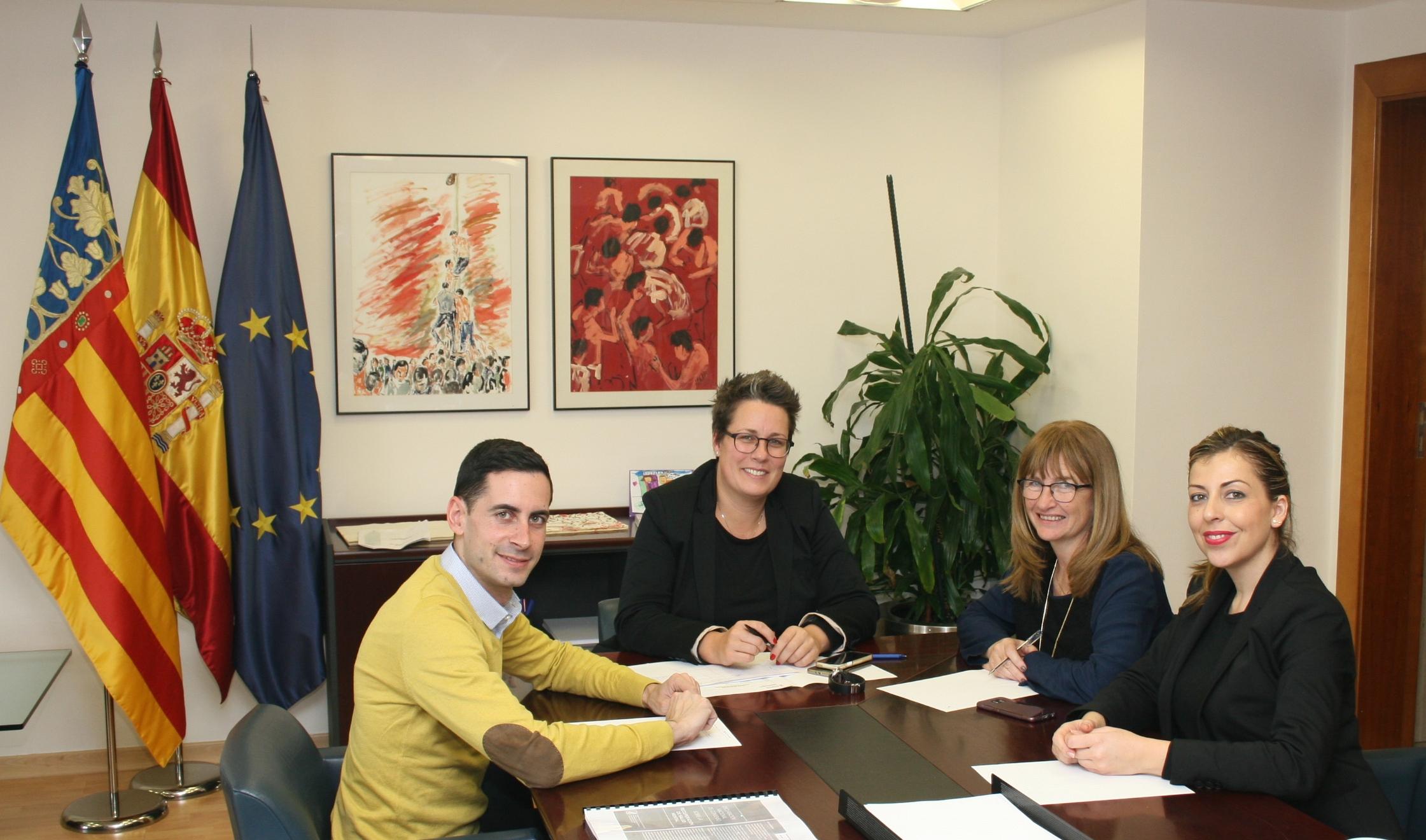 María José Mira, Rocío Briones i Cristina Moreno amb l'alcalde de Mislata, Carlos Bielsa.