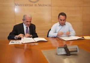 El rector de la Universidad ha suscrito el convenio con el alcalde.