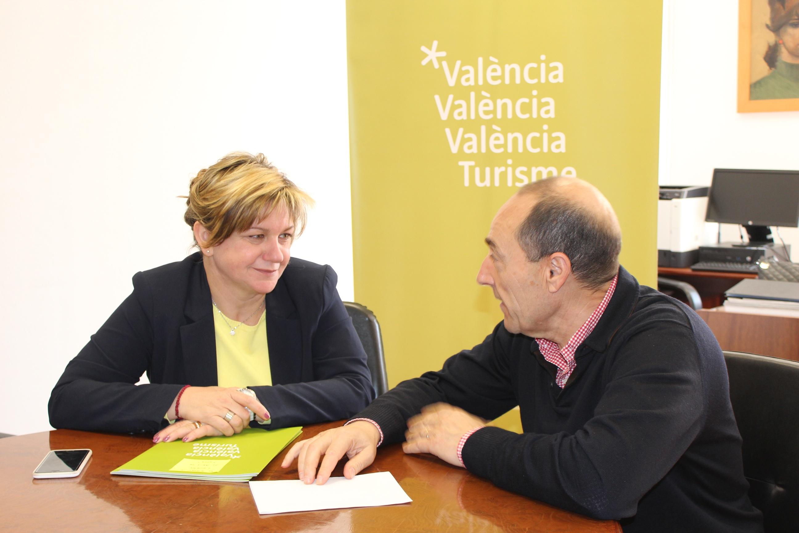 La diputada, Pilar Moncho, y el alcalde durante la reunión.
