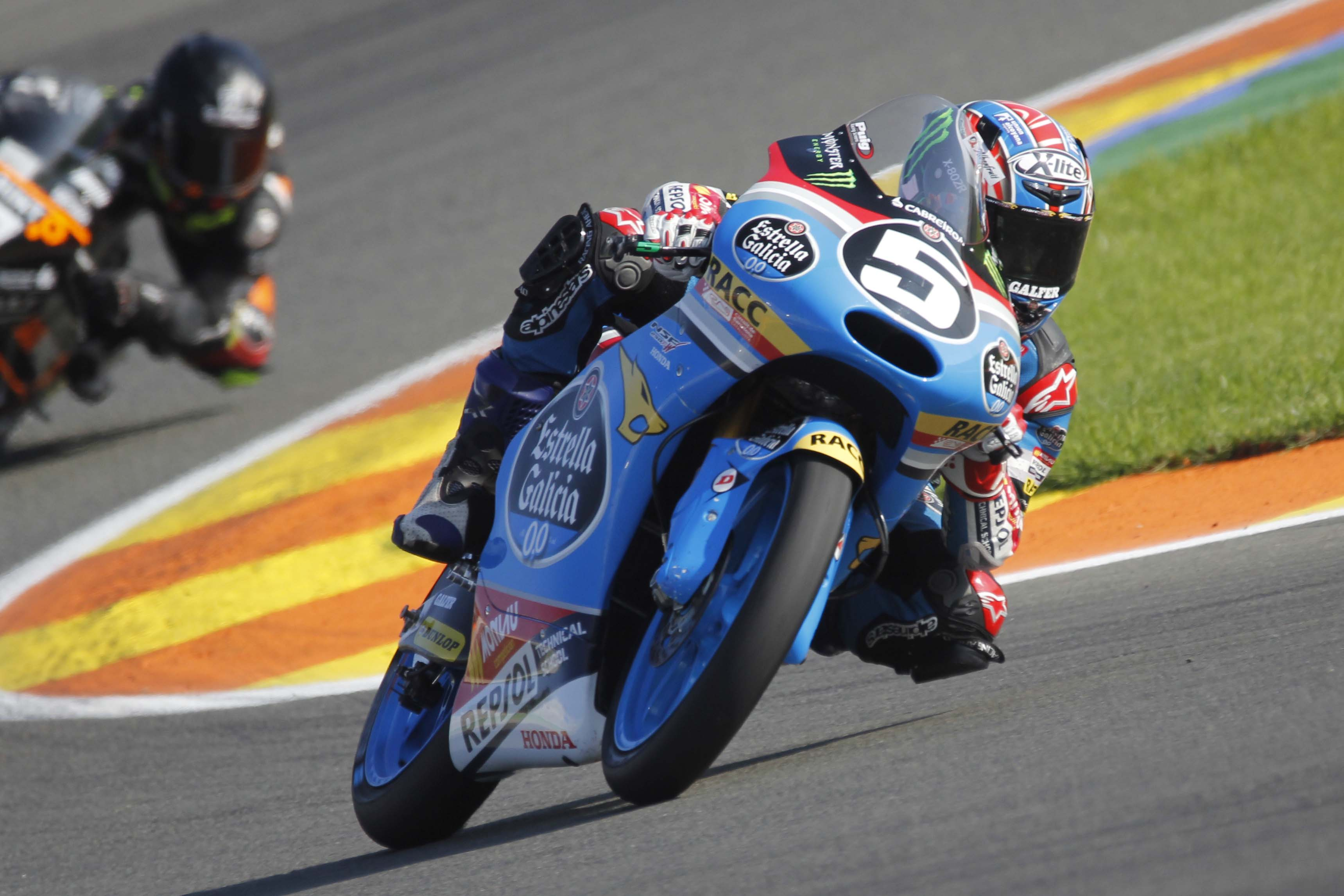 Jaume Masia aonduce su Honda en el Circuit de Cheste.