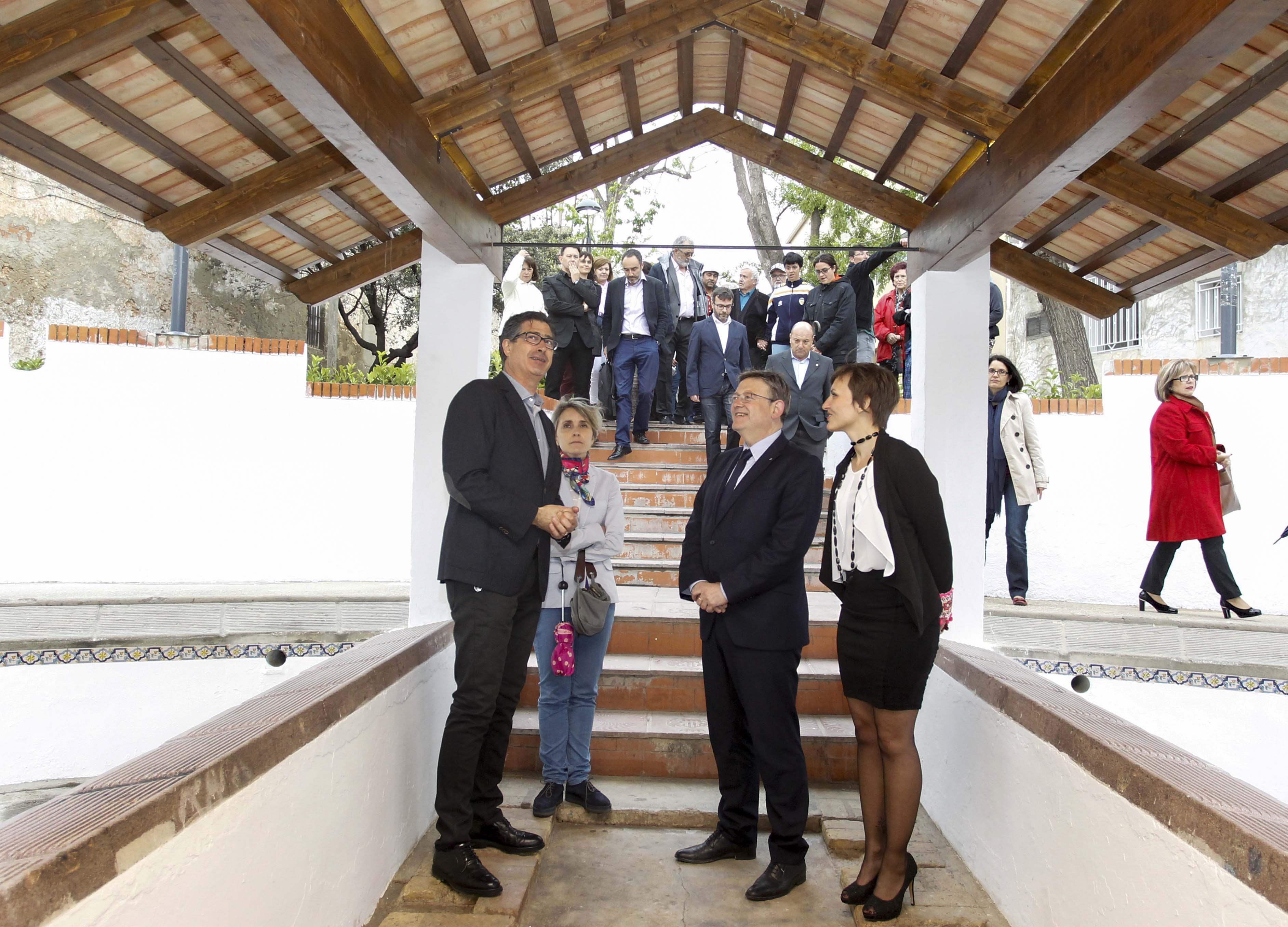 El President de la Generalitat estuvo acompañado de la alcaldesa de la localidad durante su visita a Benifaió.