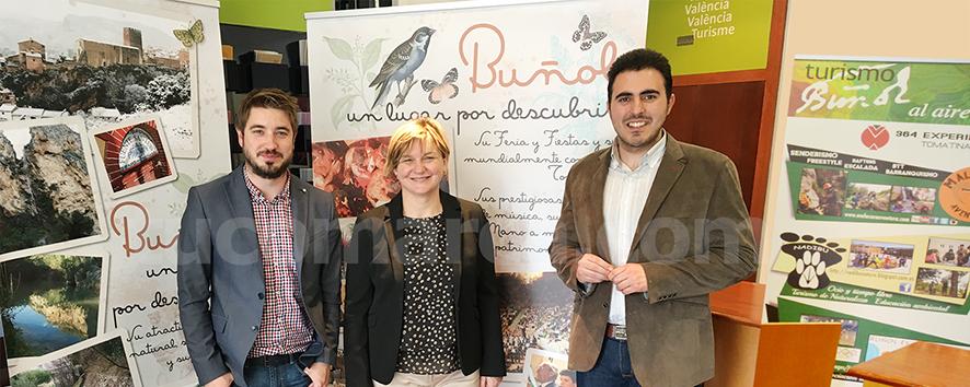 El alcalde de Buñol junto a la diputada provincial y al responsable de Turismo de Buñol.