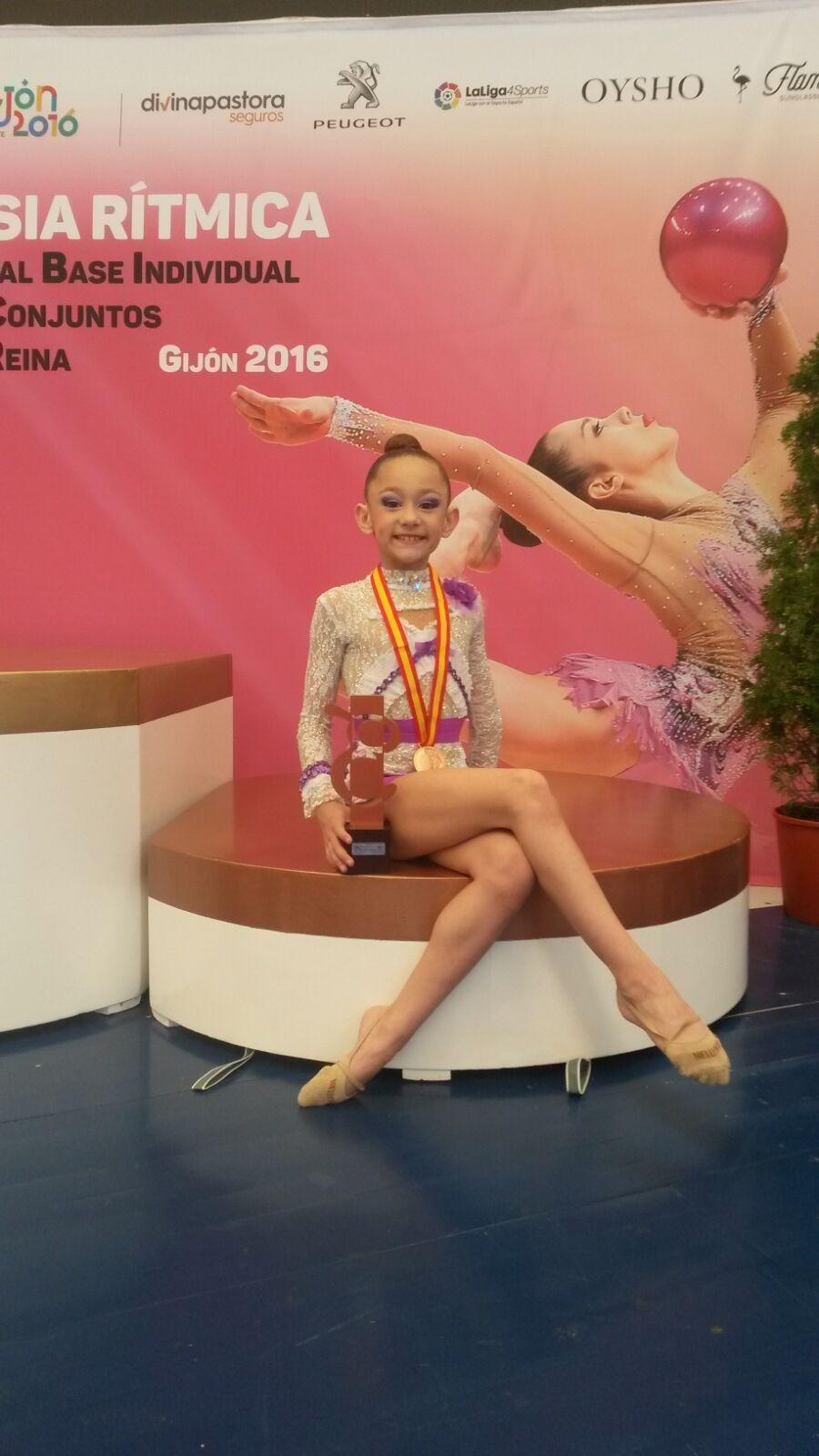 La gimnasta Julia Escrivá del Roquette Benifaió con la medalla del bronce lograda en el Campeonato Nacional.