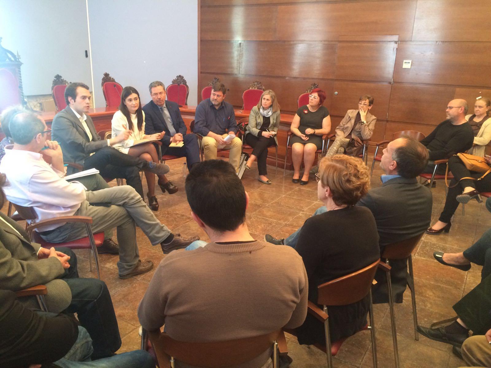 La Consellera Carmen Montón durante la reunión de trabajo con los alcaldes y ediles de la comarca de La Hoya de Buñol-Chiva en Cheste.