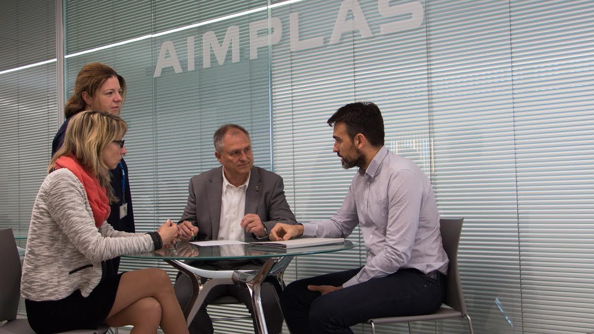 Firma del acuerdo con la participación del presidente del CVI, Manuel Civera, el gerente Ángel Rodríguez y las responsables del proyecto en AIMPLAS, Raquel Giner y Mª José Tortosa.