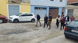 La diputada ha recorrido las calles de L'Énova, donde la actuación más importante llevada a cabo con la subvención de 50.000 euros.