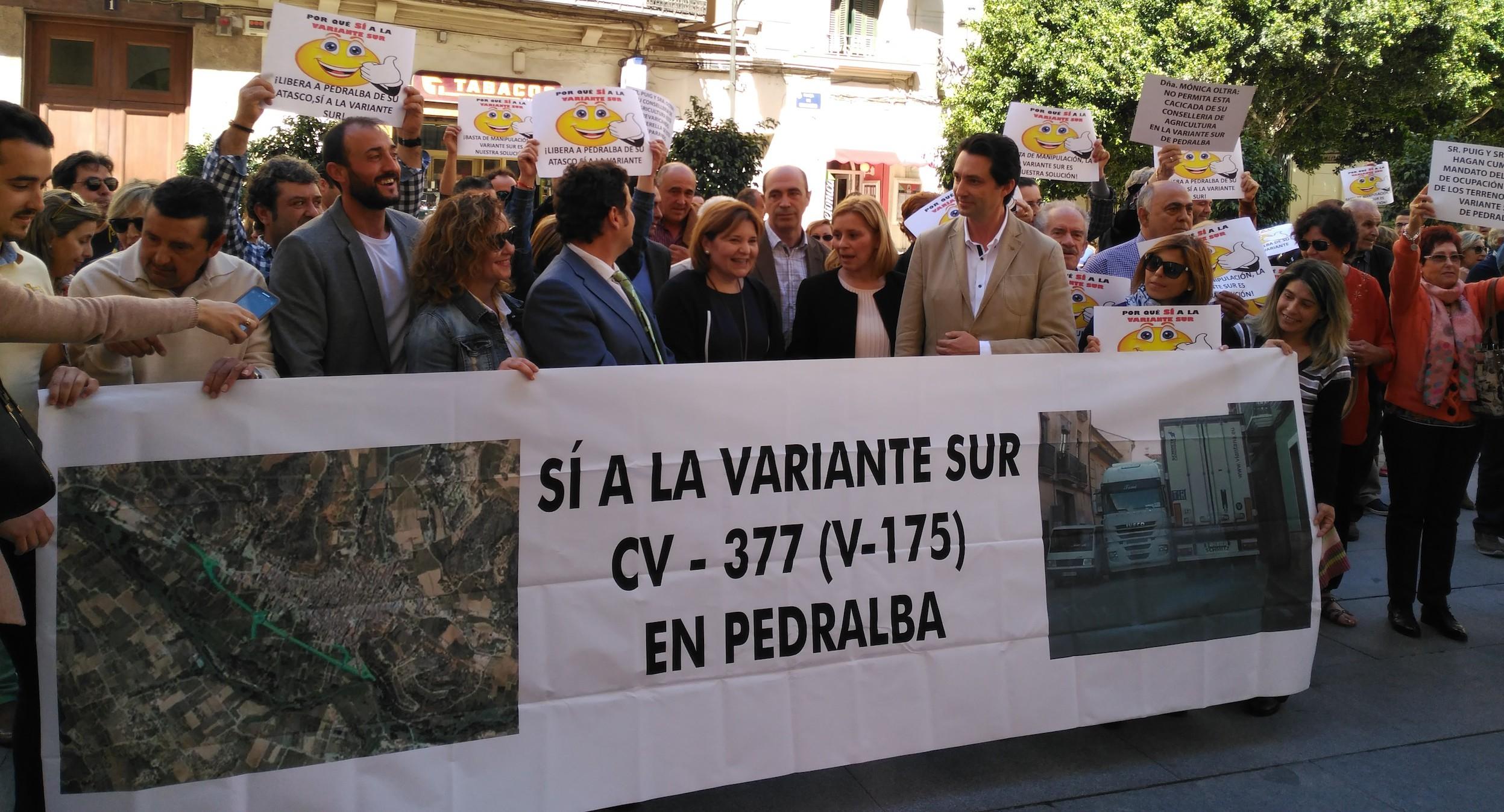 Participantes en la concentración de esta mañana en la Plaza de Manises.