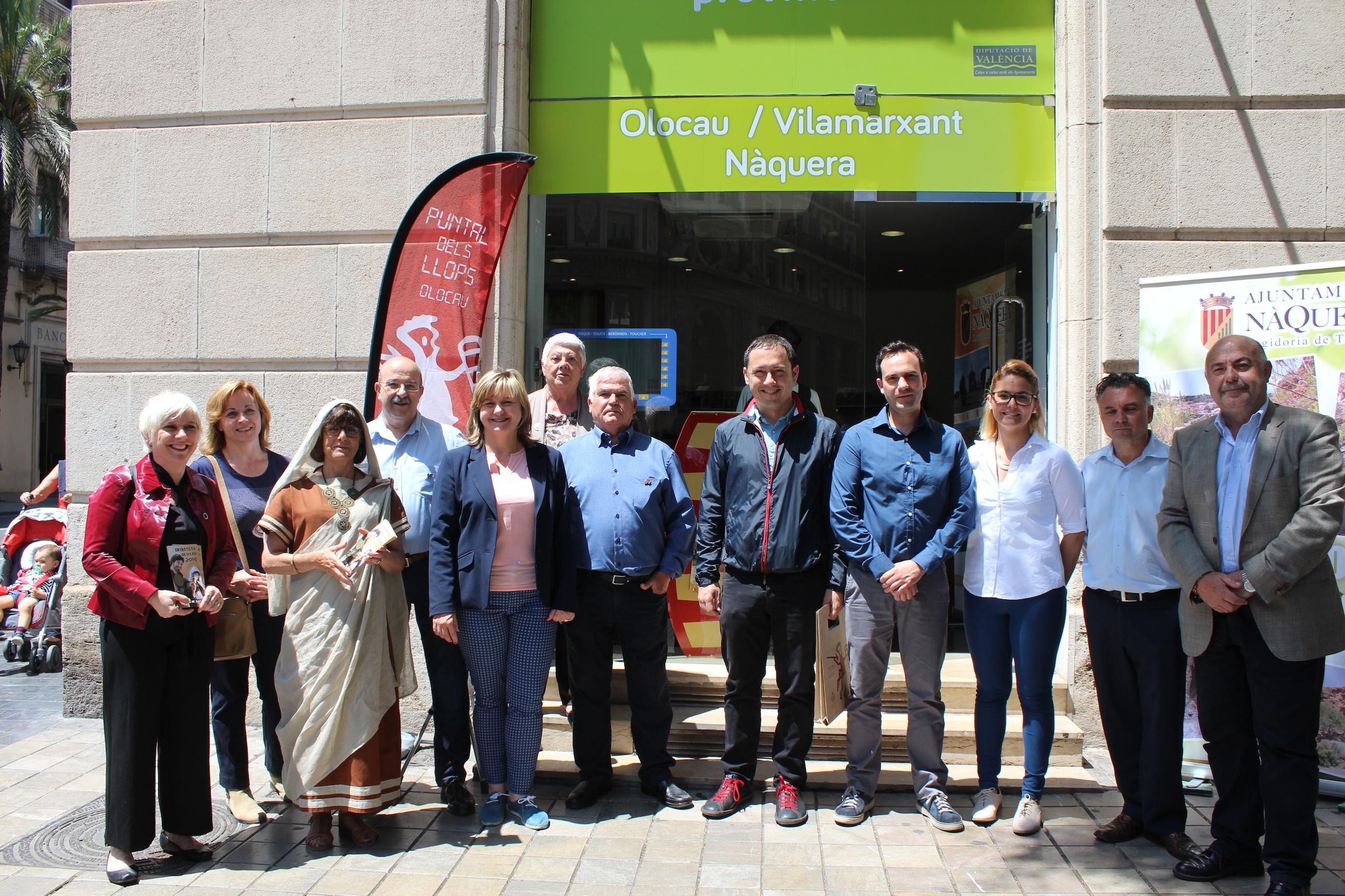 Pilar Moncho con los representantes locales ante la Oficina del Patronato de Turismo.