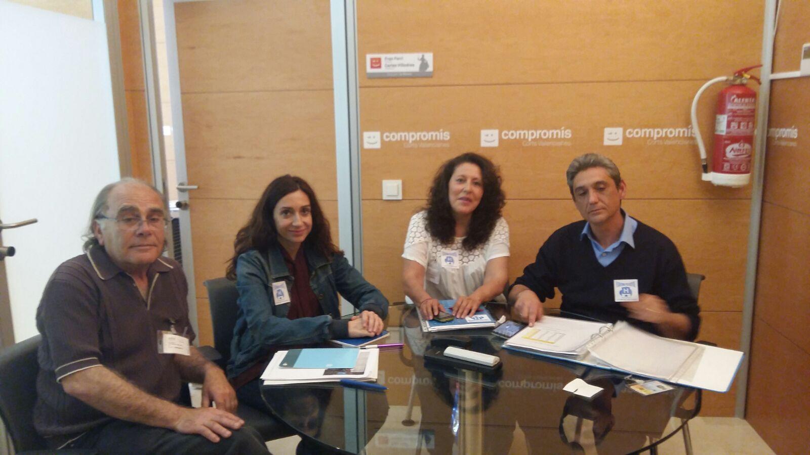 Un momento de la reunión mantenida entre los responsables de la plataforma e Isaura Navarro.