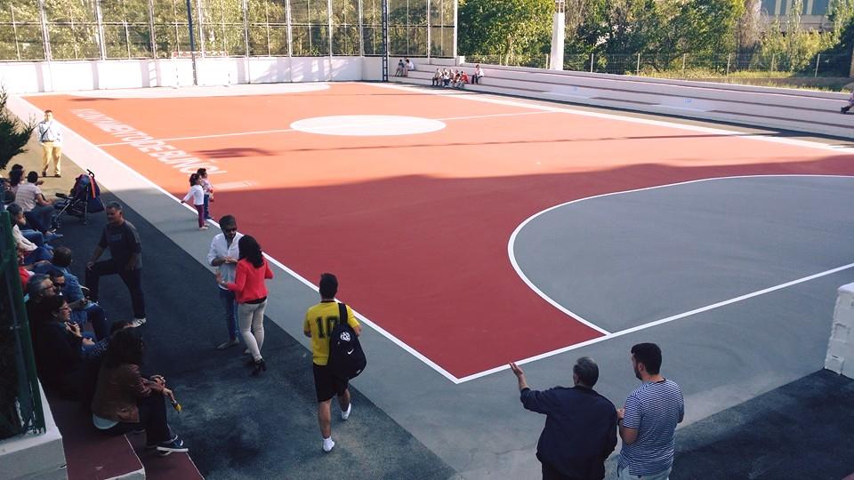 Un momento de la inauguración de la pista polideportiva anexa a la piscina municipal de Buñol.
