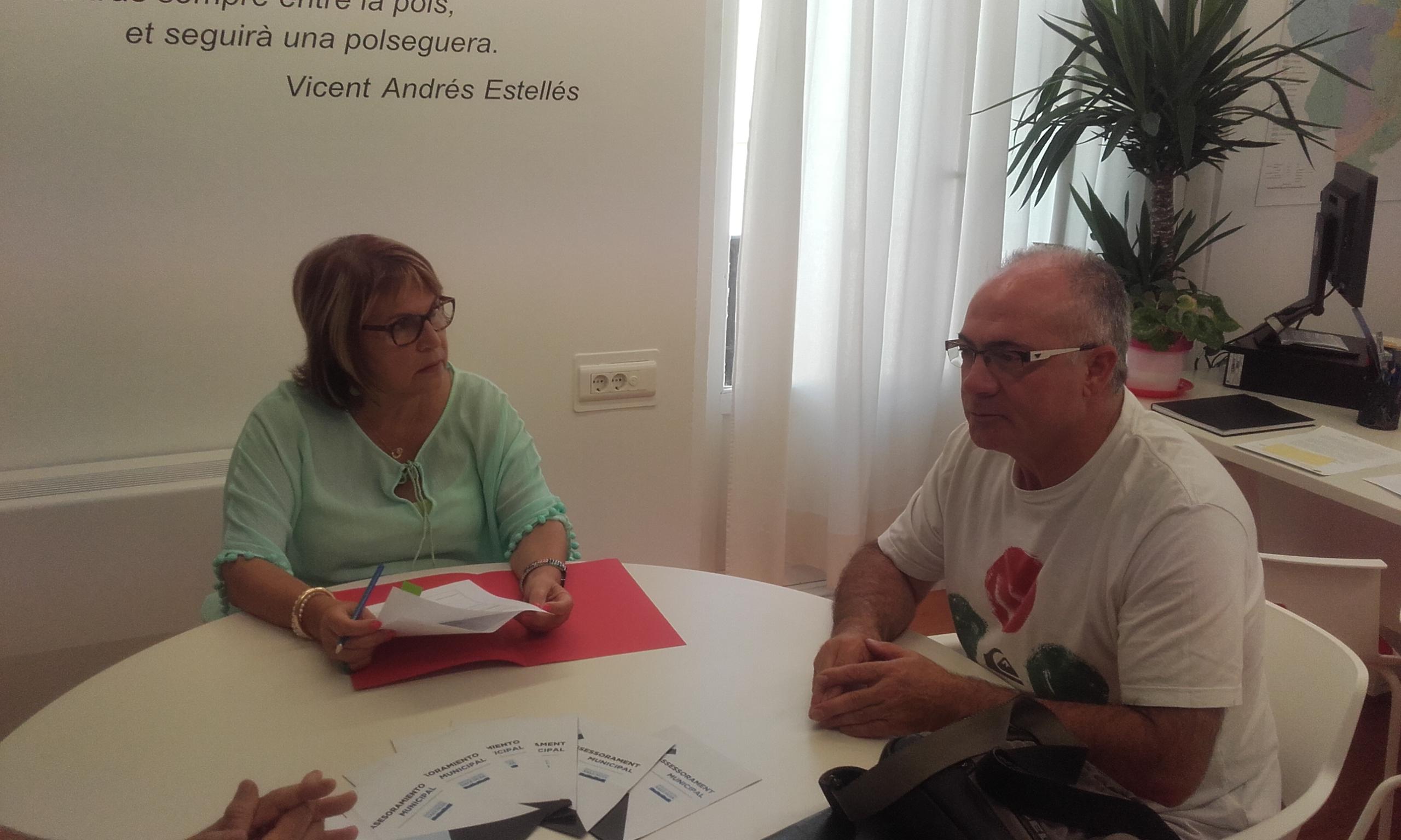 La diputada Conxa Garcia con el alcalde de Casas Bajas.