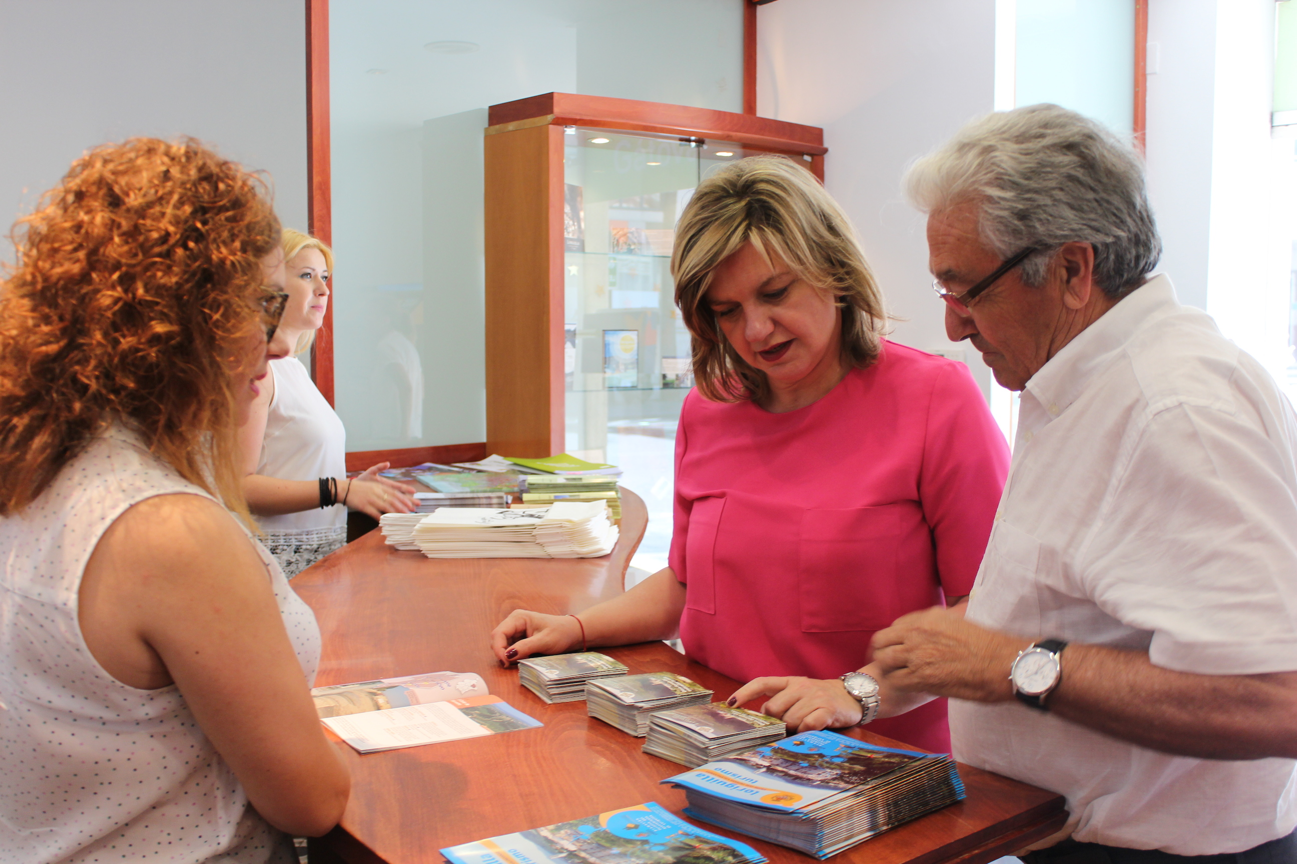 El alcalde de Loriguilla explica la oferta de su municipio a la diputada.