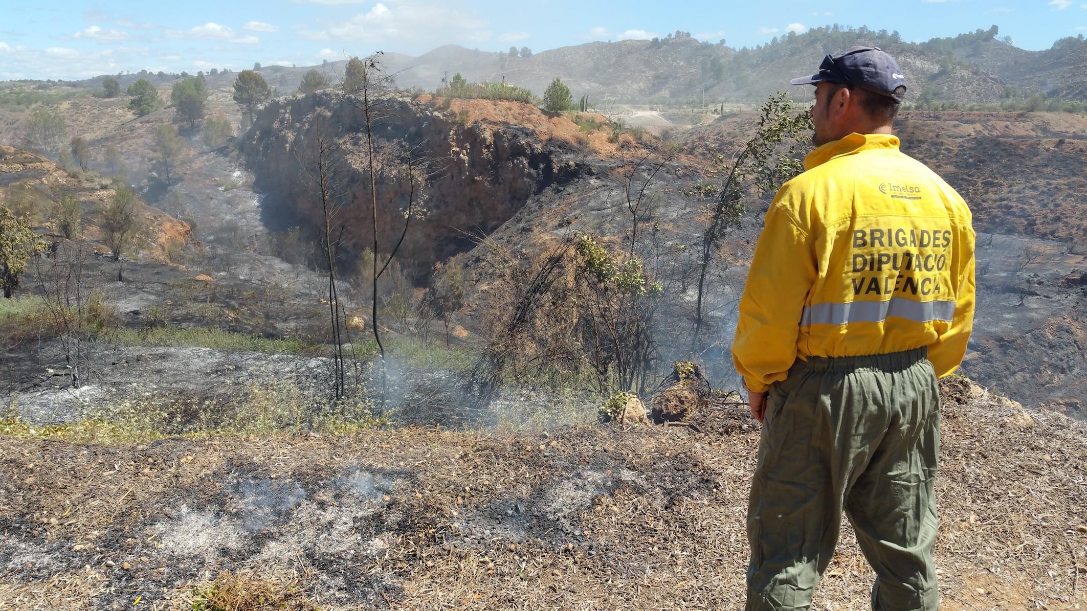 Un brigadista vigila uno de los perímetros afectados por un incendio.