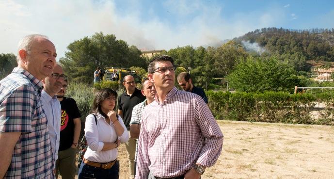 El presidente de la Diputación durante su visita a unos de los focos de los incendios.