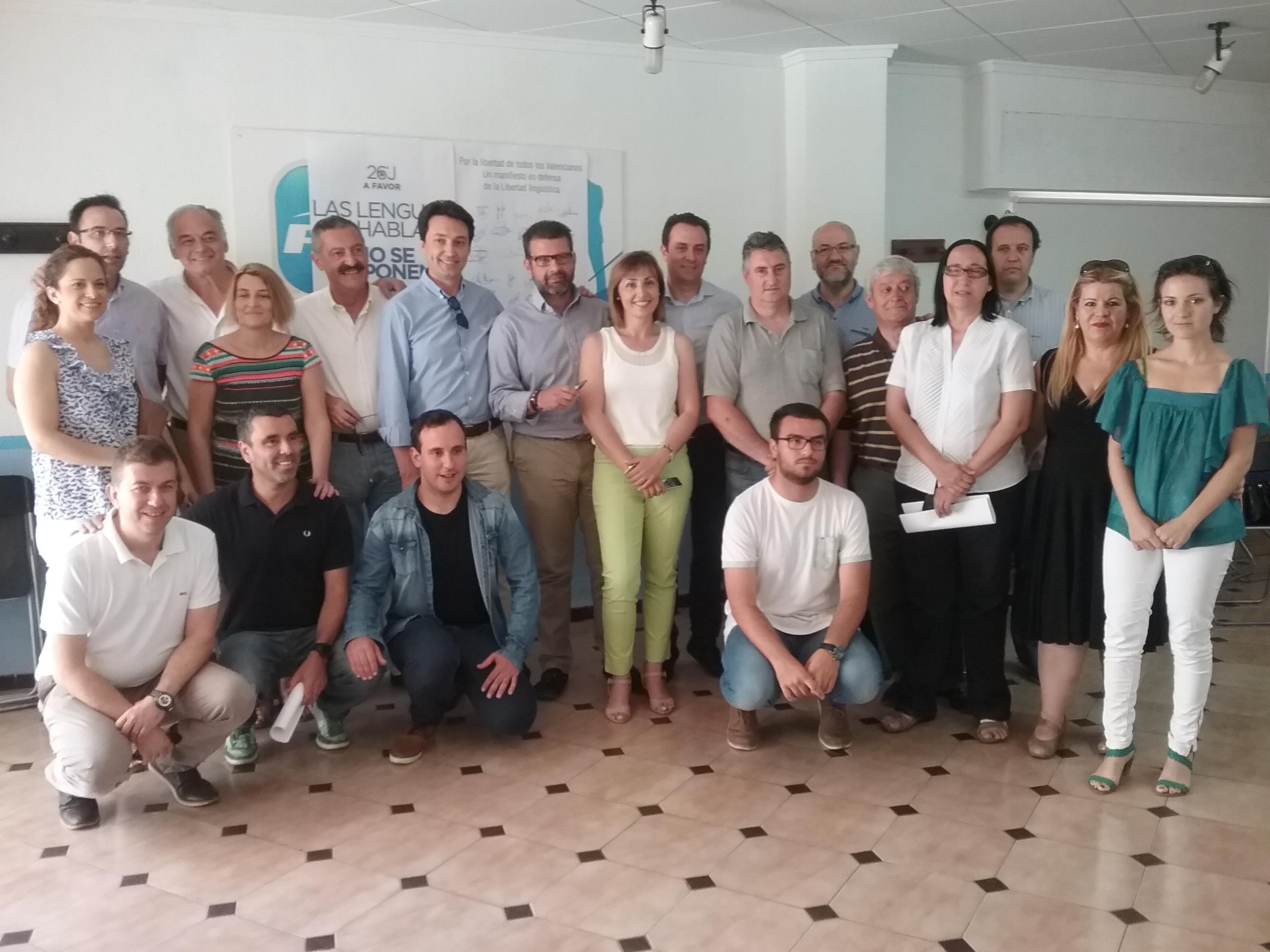 Alcaldes y concejales del PP de municipios castellanoparlantes que han firmado un manifiesto por la libertad lingüística.
