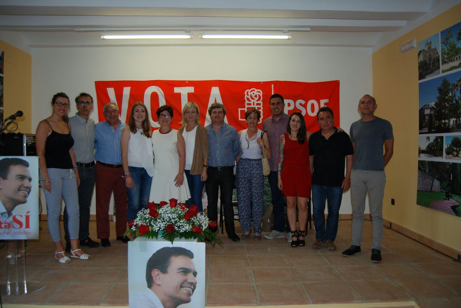 Gabriela Bravo y María Such con alcaldes y ediles en el acto comarcal del PSPV-PSOE en La Hoya.