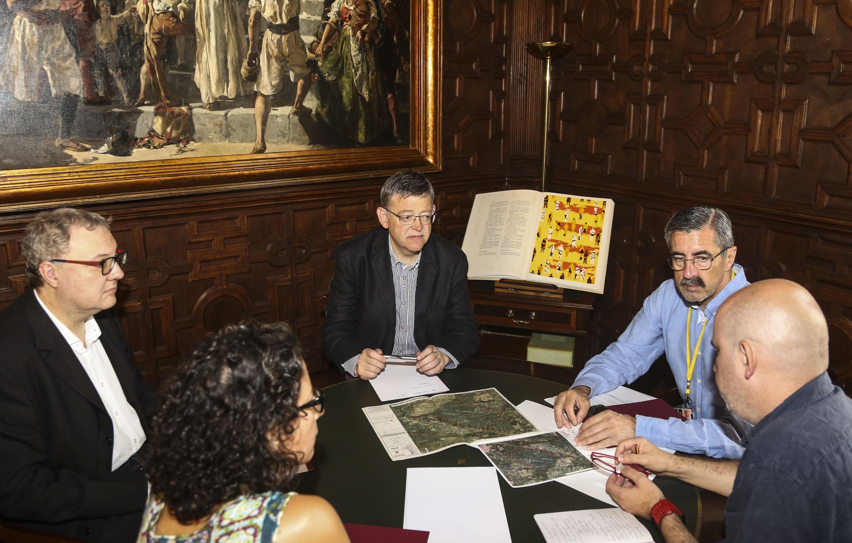 El president de la Generalitat durante una última reunión de coordinación.