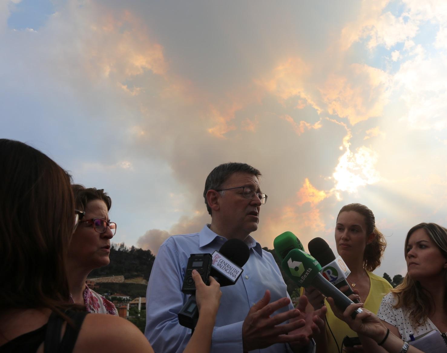 El President de la Generalitat, Ximo Puig, durante su visita a la zona afectada por el incendio.