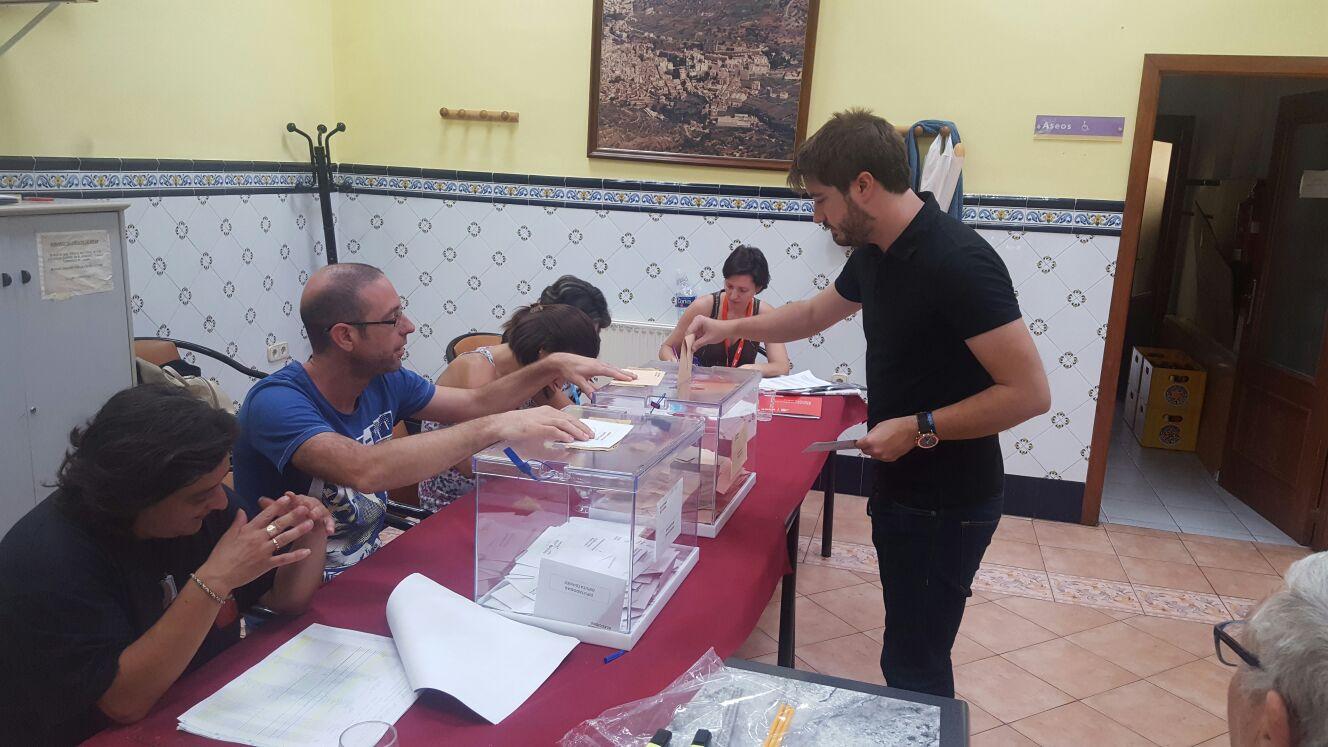 El alcalde de Buñol, Rafa Pérez (EU) en el momento de ejercer su voto.