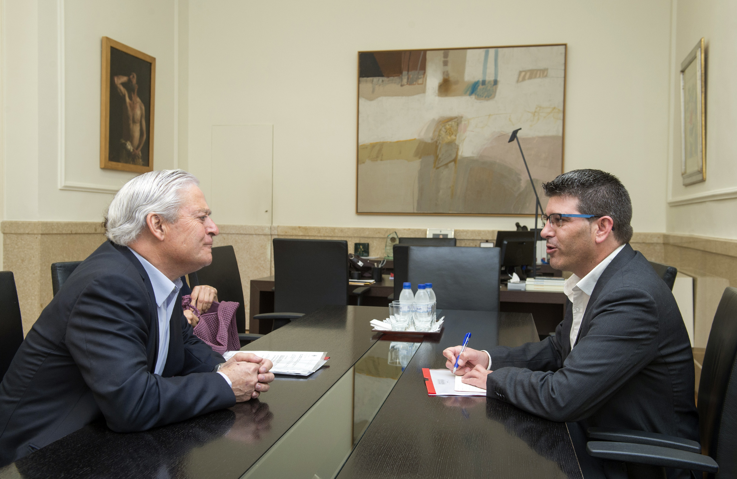 El presidente de la Diputación, Jorge Rodríguez, con el alcalde de Villargordo del Cabriel, Francisco Nuévalos.