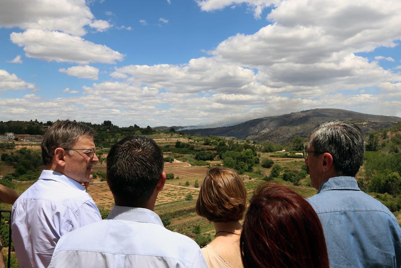 El President de la Generalitat durante su visita a la zona afectada por los incendios.