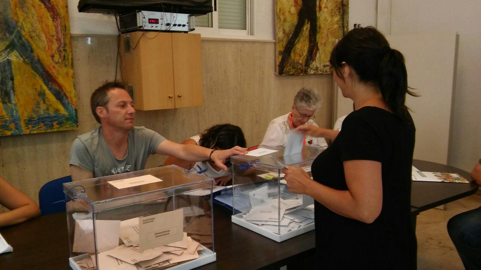Una ciudadana ejerce su derecho a voto en una de la mesa electoral colocada en el Ayuntamiento de Buñol.