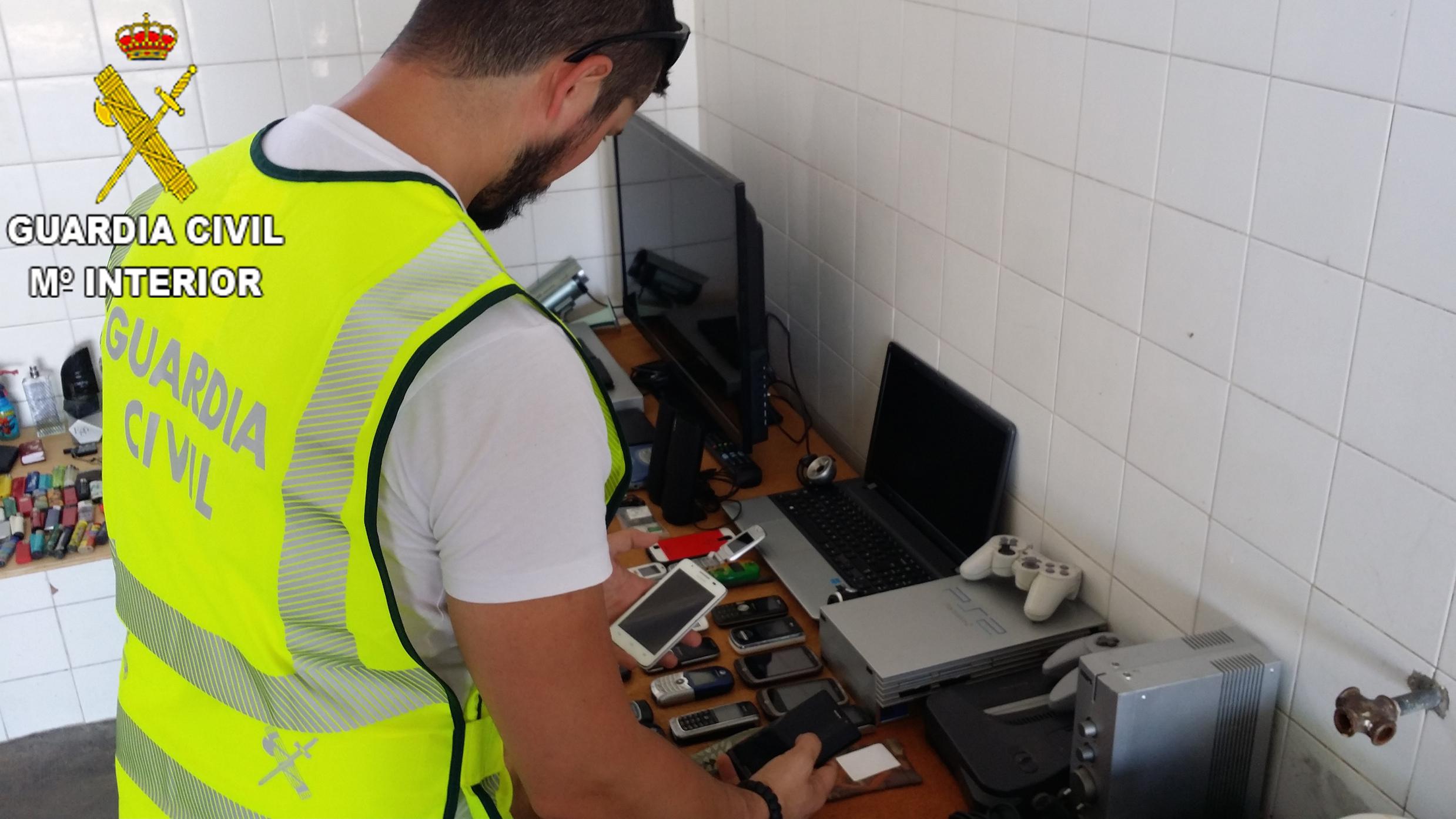 Algunas de las pertenencias recuperadas por la Guardia Civil en Turís.