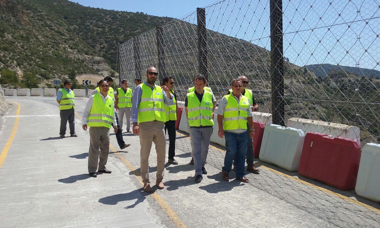 El diputado de Carreteras, Pablo Seguí, durante su visita a las obras de la carretera en Sot de Chera.