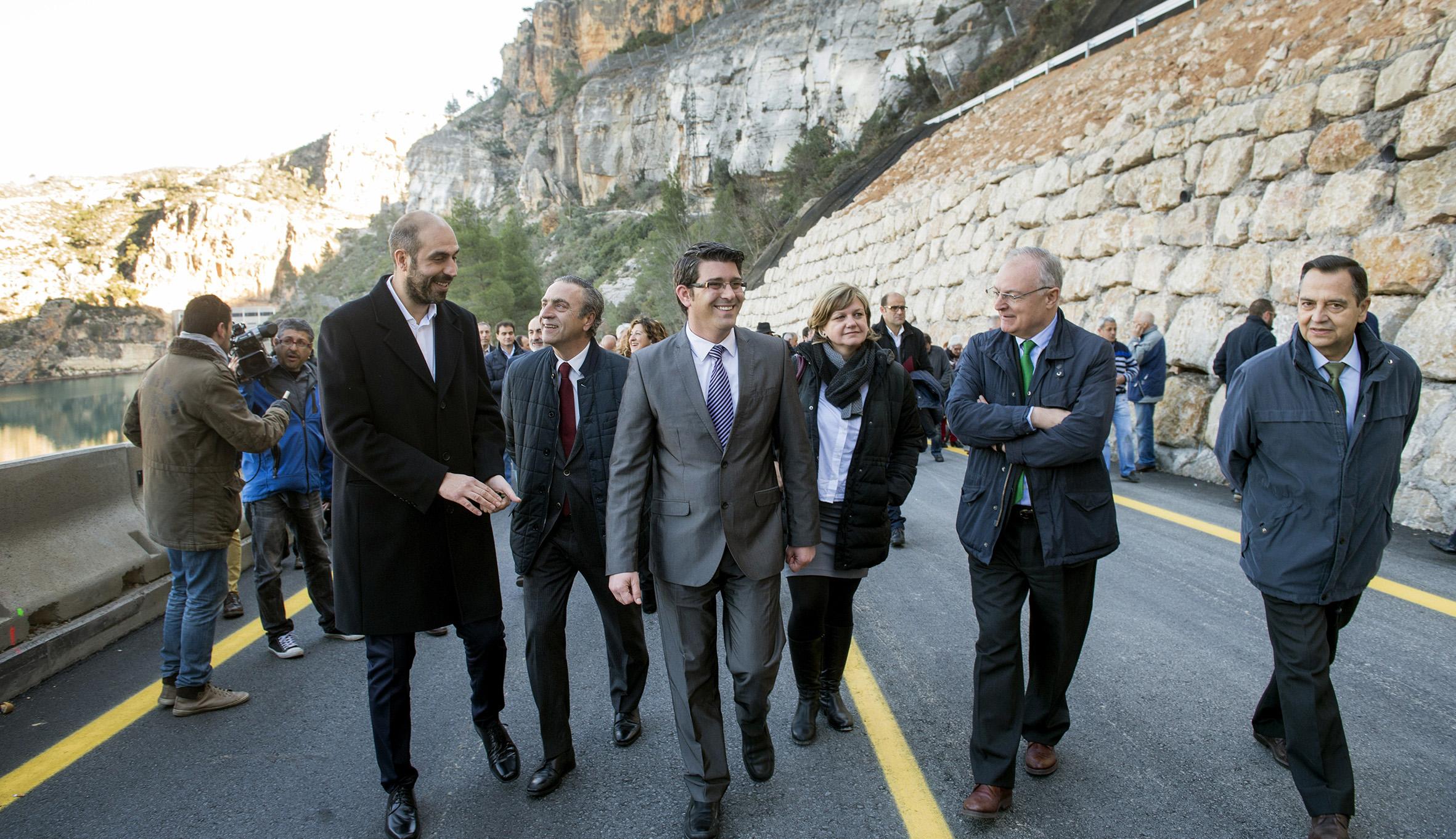 El presidente de la Diputación conb el diputado de Carreteras durante la apertura de la carretera de Cortes de Pallás.