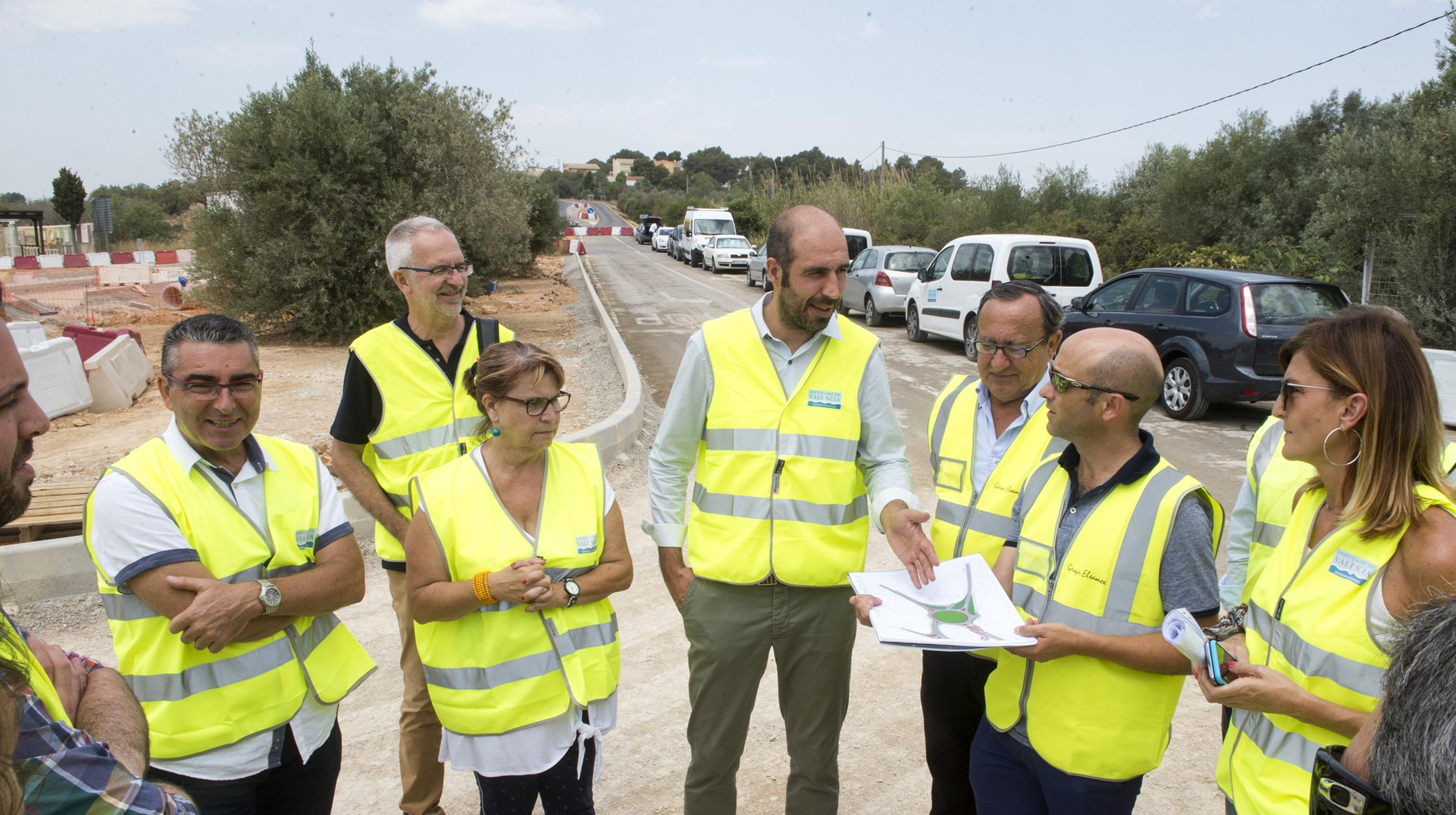 El diputado de Carreteras, Pablo Seguí, y la alcaldesa de Picassent y diputada Conxa Garcia, en las obras de la carretera CV-415.
