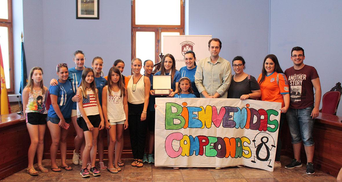 Recepción por parte del Ayuntamiento, encabezado por el alcalde, a las jóvenes deportistas.