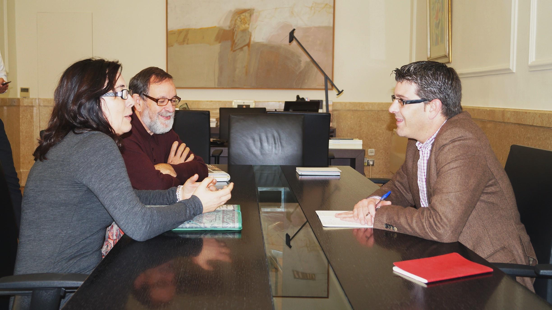 Jorge Rodríguez con la alcaldesa de Sinarcas, en una reunión para conocer la situación del municipio.